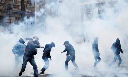 Fransa'da tansiyon yükseliyor: Polis göstericilere biber gazıyla saldırdı