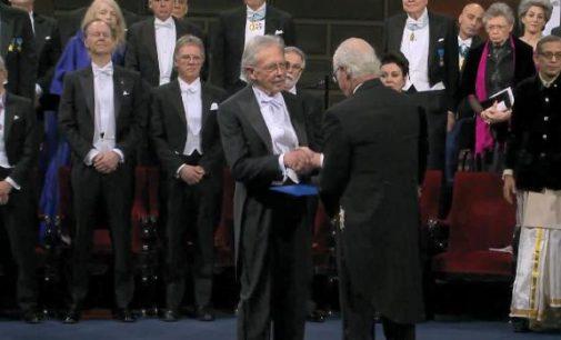 Peter Handke, Nobel Edebiyat Ödülü'nü protestolar eşliğindealdı