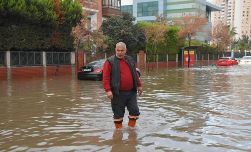 İzmir Mavişehir'i sağanak ve lodos vurdu