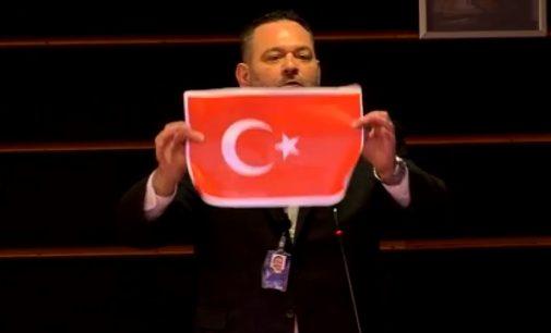 Türk bayrağını yırtan Altın Şafak üyesi Yannis Lagos, Yunanistan'da yargılanacak