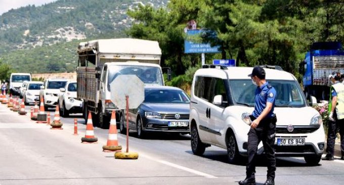 Bayram öncesi tatilci akını: Bodrum'un girişinde üç kilometrelik araç kuyruğu