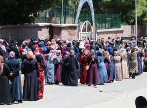 Bin liralık nakdi yardım, PTT'ye dönüştürülen okul önünde uzun kuyruğa neden oldu