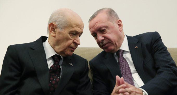 """Kulis: AKP'nin anayasa taslağında """"kamuda türban serbestisi"""" ile """"sosyal medya düzenlemesi"""" var"""