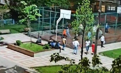 Parkta basketbol oynayan çocuklar, polis sirenini duyunca kaçıştılar