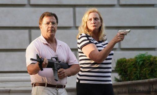 ABD'de bir çift, ırkçılığı protesto eden gruba silah doğrulttu