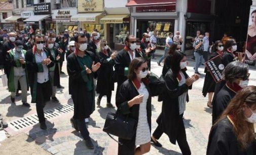 Avukatlar çoklu baro teklifinin komisyondan geçmesini cübbeli yürüyüşle protesto etti