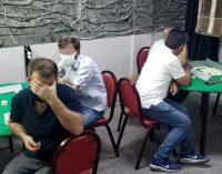 Koronavirüs temaslısı kahvede okey oynarken yakalandı: 28 kişiye 88 bin lira ceza kesildi