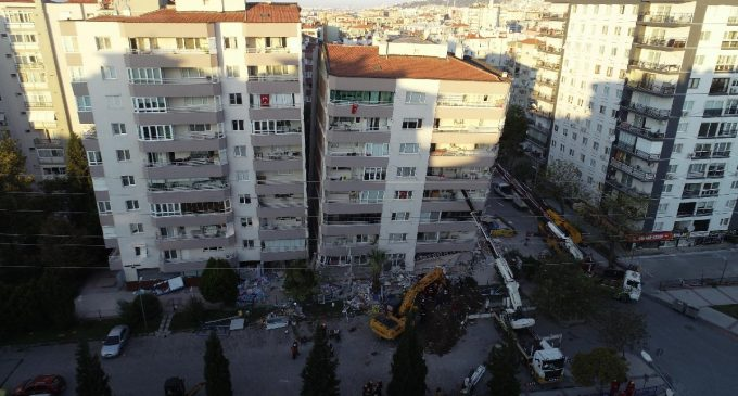 Depremde ilk üç katı çöküp yan yatan bina, vinçlerle desteklendi