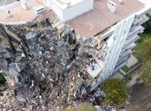 Depremde yıkılan binaların enkaz kaldırma çalışmaları sürüyor