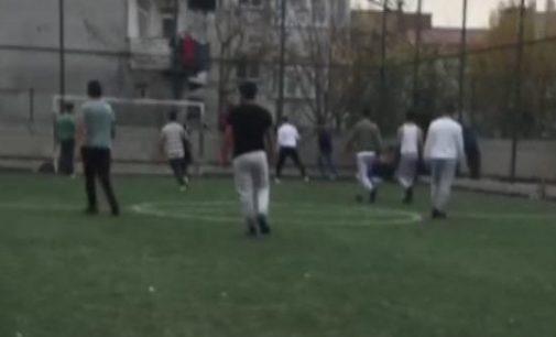 Sokağa çıkma yasağında halı sahada maç yaptılar: İzlemeye kalabalık bir grup geldi