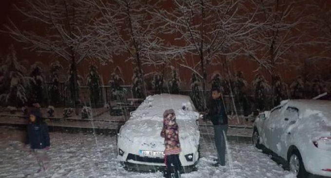 Kar yağışını gören yasağı unuttu: Sokağa döküldüler