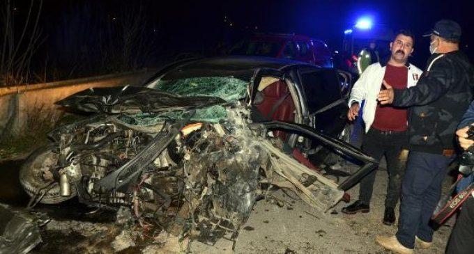 İki otomobil çarpıştı birisi dereye uçtu: Altı kişi yaşamını yitirdi
