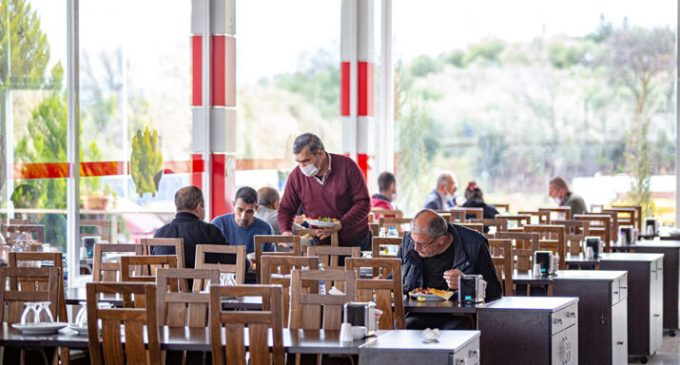 Bakan Koca duyurdu: Kafe ve restoran çalışanları da aşılanacak