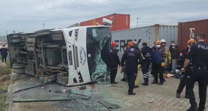 İşçi servisi devrildi: Bir işçi yaşamını yitirdi, 19 yaralı var
