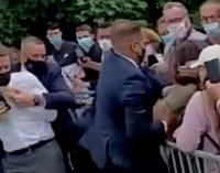 Yurttaşlarla el sıkışırken tokatlanan Macron: Hiçbir şey beni durduramaz