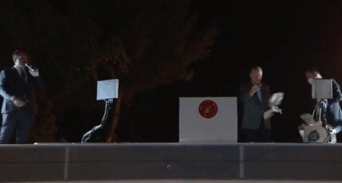 Erdoğan afet bölgesi Marmaris'te halka çay fırlattı