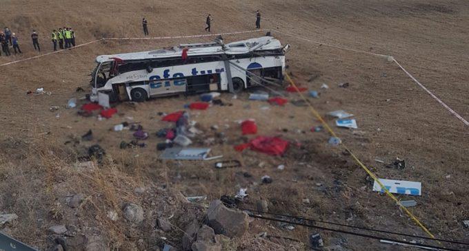 Yolcu otobüsü takla attı: 15 ölü, 17 yaralı