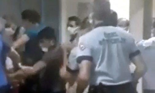 Enjeksiyon sırasında çocuğun kolunu acıttığı bahanesiyle hemşireyi darp ettiler