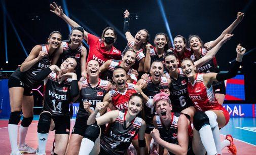 A Milli Kadın Voleybol Takımı tarihinde ilk kez 7'de 7 yaparak yarı finale yükseldi