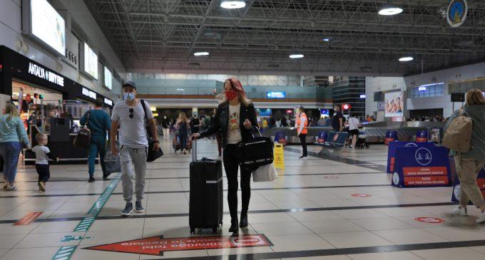 """İngiliz turistler dört aylık """"kırmızı liste"""" engelinden sonra yeniden Antalya'da"""