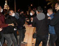 Geceyi parkta geçirmek isteyen öğrencilere polis müdahalesi: Gözaltına alındılar
