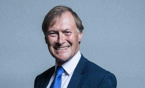 İngiltere'de bıçaklı saldırıya uğrayan milletvekili yaşamını yitirdi