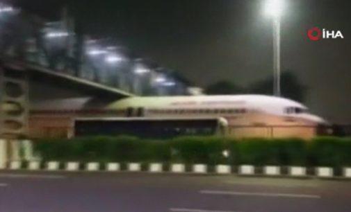 Hindistan'da uçak köprünün altında sıkıştı