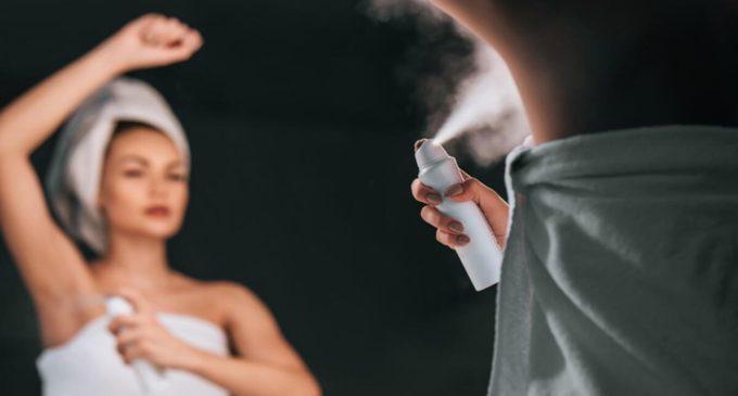"""Tıp dünyası iki yeni akademik çalışmayı konuşuyor: Deodorantlardaki alüminyum """"meme kanserine"""" neden oluyor!"""