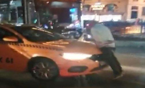 İstanbul'da yurttaşların taksi mücadelesi: Kendisini almayan taksinin üstüne çıkıp isyan etti